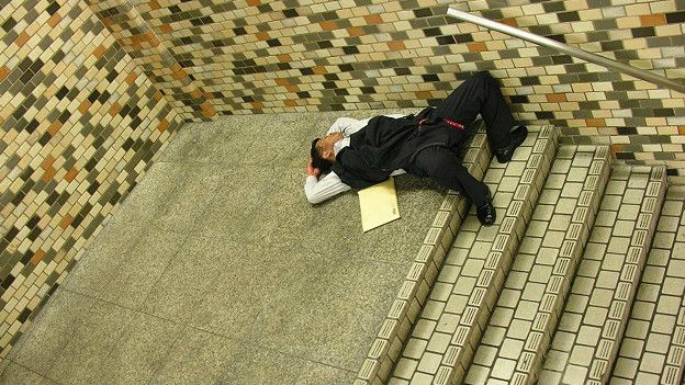 http://ichef.bbci.co.uk/news/ws/624/amz/worldservice/live/assets/images/2016/06/08/160608114542_japanese_man_sleeping_subway_624x351_adrianstoreyuchujin_nocredit.jpg