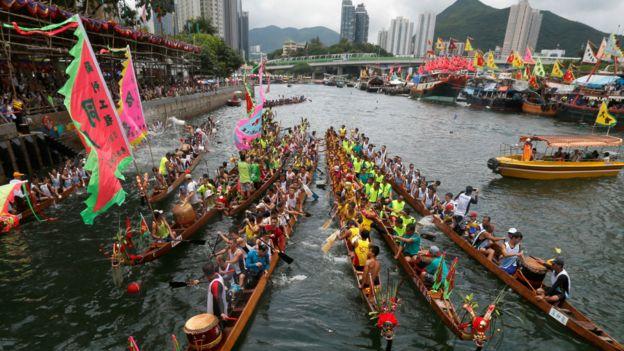 香港仔龍舟競渡大賽在避風塘內舉行,當天漁船會讓出一條賽道。