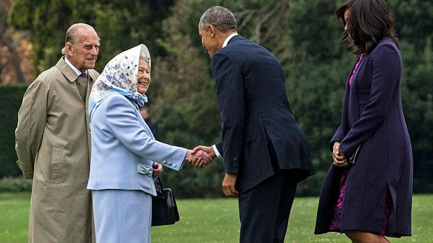 Недавно, приветствуя Барака Обаму и его супругу, королева повязала на голову свой фирменный платок, тем самым подчеркивая неформальный характер встречи