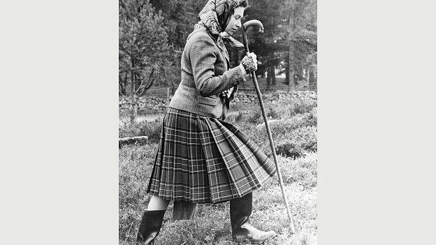 С 1950-х годов в своем шотландском замке Балморал королева неизменно носит твидовый жакет или вязаную кофту с джемпером и шотландскую юбку