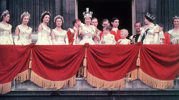 Потрясающий коронационный наряд королевы был украшен сложной символикой