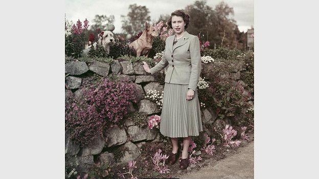 Постоянство королевы в выборе одежды свидетельствует не только о ее характере, но и о том слое общества, к которому она принадлежит