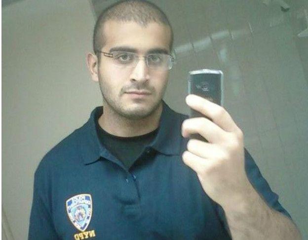 在一张自拍照中,他穿着印有纽约警察局标志的上衣。