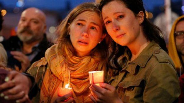 Thân nhân nạn nhân thắp nến tưởng niệm