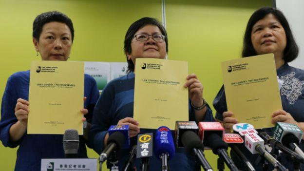 香港記協副主席任美貞(圖左)、主席岑倚蘭(圖中)、2016年言論自由年報編輯麥燕庭(圖右)7月3日舉行記者會。