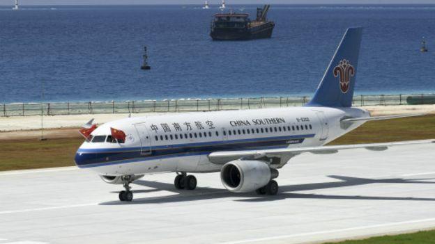 在对民间抗议活动采取控制态度的同时,中国政府对于南海仲裁采取了强硬的反应。图为仲裁结果宣布第二天,一架中国民用飞机首次降落在某南海岛礁上。