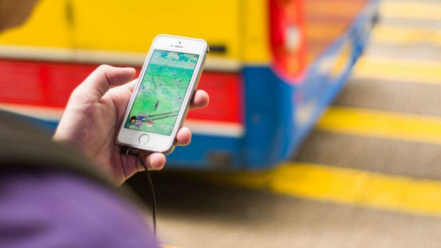 香港一名Pokemon Go玩家在等候過馬路時查看遊戲地圖(26/7/2016)