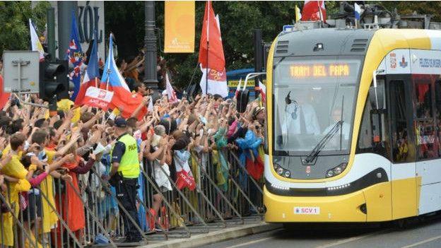 160729050505_pope_tram_624x351_bbc_nocre