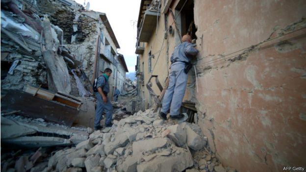 160824053315 earthquake italy rescuers 640x360 afpgetty Video Amatir..!! Gempa 6.2 Skala Richter Landa Italia