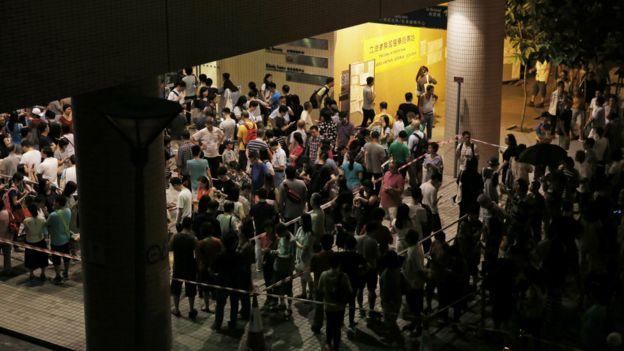 周日晚間,部分票站外湧現投票人潮,有些選民排隊數小時,直至周一凌晨才完成投票。