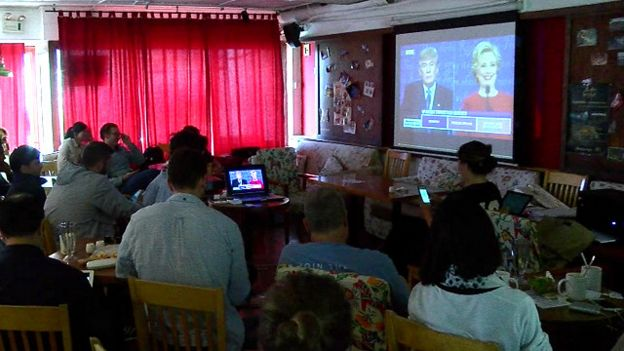 160928124111_chinese_people_watching_trump_clinton_first_debate_bbc_640x360_bbc_nocredit.jpg