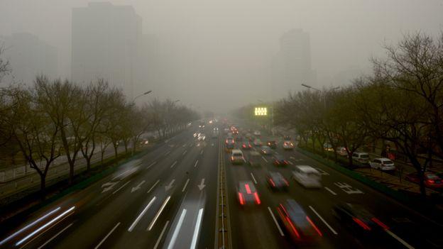 霧霾嚴重的一段北京大街汽車川流不息(資料圖片)