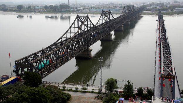 中朝邊境位於中國丹東的友誼大橋。