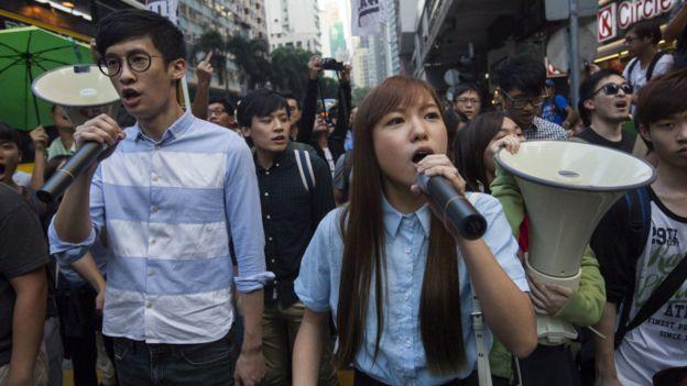 香港争议议员梁颂恒和游慧祯加入周日的民阵游行。