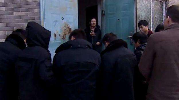 刘慧珍的家门被便衣警察包围,阻止记者进去采访。