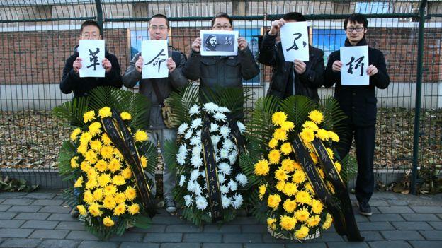 北京市民在古巴駐華大使館外舉起悼念卡斯特羅標語(中新社圖片27/11/2016)