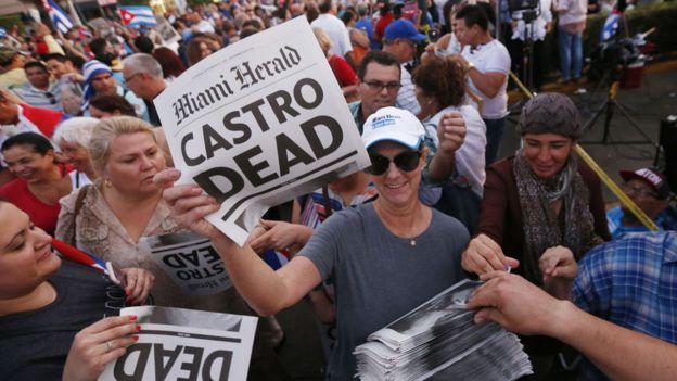 美國《邁阿密先驅報》出版人亞歷山德拉·比略奇到邁阿密「小哈瓦那」派髮卡 斯特羅去世號外(26/11/2016)
