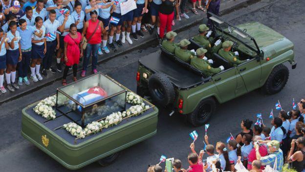 搭載菲德爾·卡斯特羅靈灰的軍方靈車穿梭聖地亞哥市區(3/12/2016)