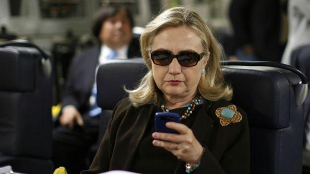 希拉里在任國務卿時在軍機上使用手機
