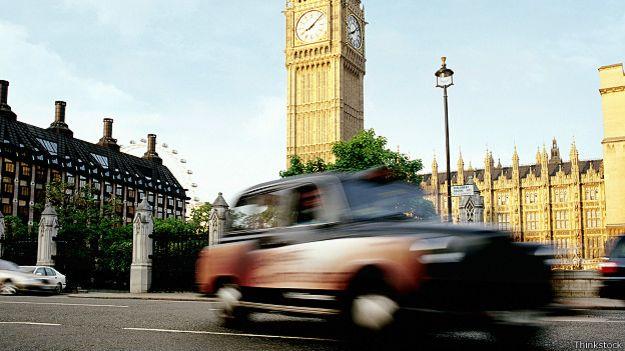 Лондонское такси на фоне Вестминстера