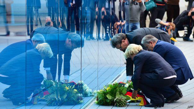 """В Берлине открыт стеклянный монумент 300 тысячам жертв нацистской программы истребления инвалидов и людей с хроническими физическими и психическими заболеваниями. Памятник представляет собой стену из голубого стекла длиной в 24 метре. Сооружение установлено перед зданием Берлинской филармонии на месте, где в нацистские времена размещалось учреждение, ведавшее программой """"эвтаназии"""". Это уже четвертый мемориал различным категориям жертв нацизма, возведенный в столице Гермпании за последние 10 лет. До этого в Берлине появились памятники евреям, цыганам и геям, которые также систематически истреблялись нацистами. В период с начала 1940 по август 1941 года было уничтожено около 200 тысяч инвалидов – преимущественно пациентов психиатрических клиник и приютов для различных категорий хронических больных. Эта программа получила название T4 по берлинскому адресу контору, из которой осуществлялось руководство процессом – Тиргартенштрассе, 4. В секретном режиме программа продолжила действовать в последующие четыре года, в основном на территории Германии и Австрии. Историки считают, что на программе Т4 были отработаны технологии массового убийства, задействованные несколько позже для холокоста 6 миллионов евреев, в частности газовые камеры."""