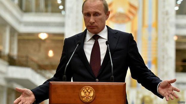 Владимир Путин в бордовом гаслуке в крапинку