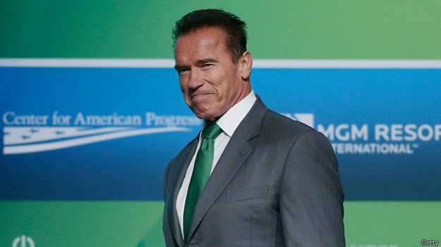 Арнольд Шварценеггер в зеленом галстуке