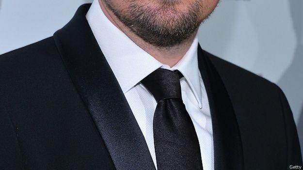 Леонардо Ди Каприо в черном галстуке