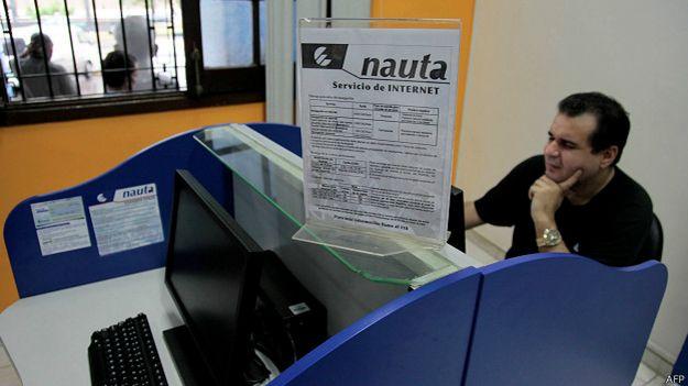 Hombre en café internet en Cuba.