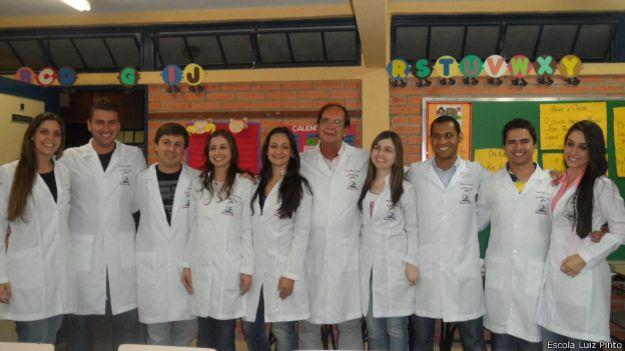 Manoel Francisco de Paiva (centro) com alunos do Projeto Saúde, em 2012 | Foto: Divulgação / Escola Luiz Pinto