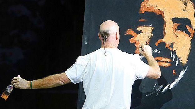 मैडिसन स्कवेयर पर नरेंद्र मोदी का चित्र बनाता कलाकार