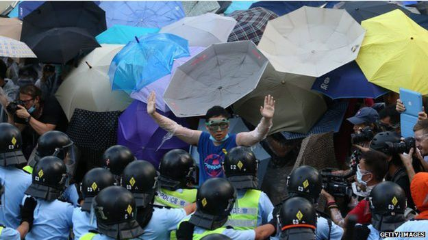 Policía lanza gas lacrimógeno