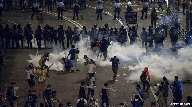 Cảnh sát dùng hơi cay để giải tán người biểu tình