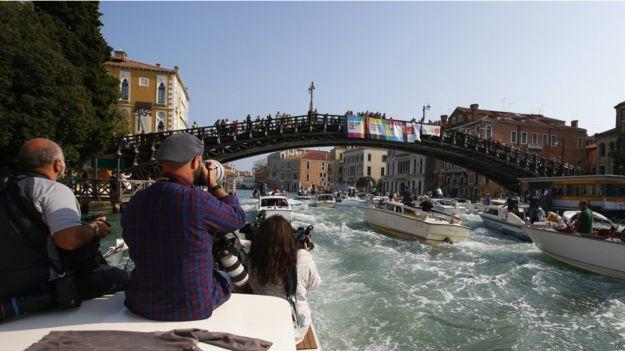 Поклонники на мосту