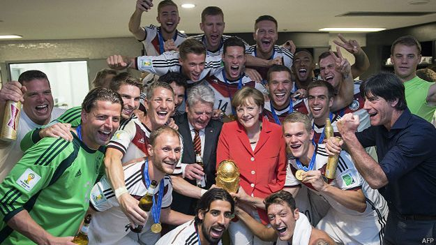 Angela Merkel y el equipo ganador del Mundial