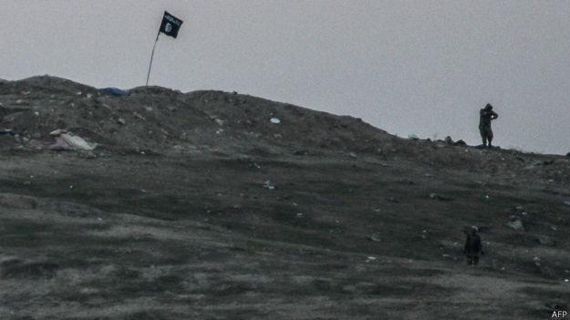 Imagens impressionantes mostram bombardeio de colina ocupada por 'EI'