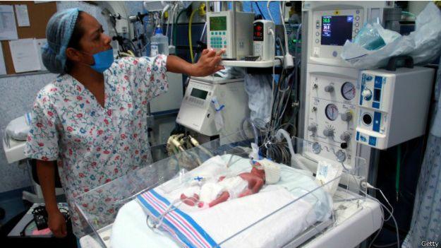 Enfermera atiende a un recién nacido en México. Foto: AFP/Getty