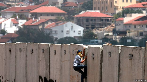 Joven palestino intenta escalar el muro en Cisjordania
