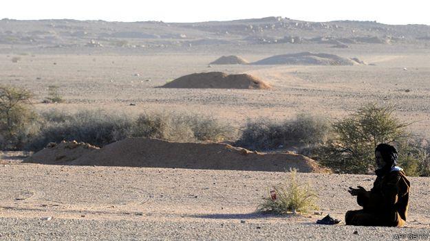 Hombre cerca del muro construido por Marruecos en el Sahara Occidentala