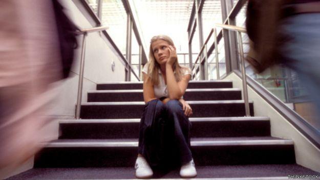 Joven deprimida en una escalera