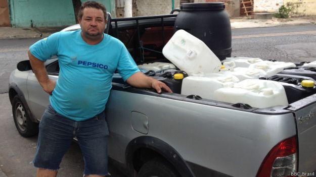 Morais, vendedor de galões / Crédito: BBC Brasil