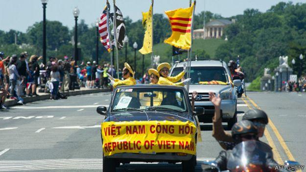 Các cô gái mặc áo dài truyền thống với lá cờ vàng nhân ngày tưởng nhớ những người đã hy sinh hôm 26 tháng Năm  2013