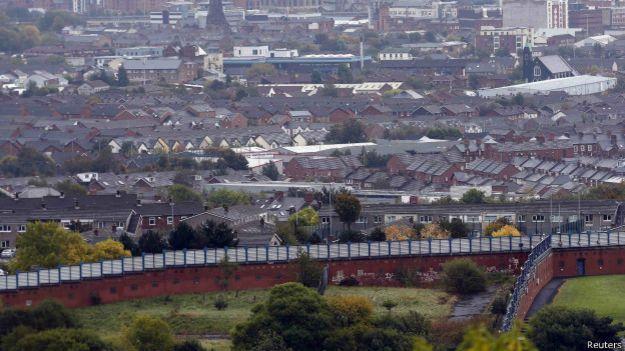 Стена, разделяющая кварталы протестантов и католиков в Ирландии