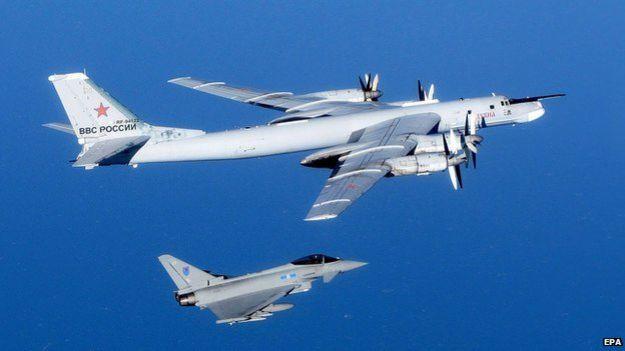 En esta imagen del 16 de septiembre se ve a un Typhoon británico interceptando un bombardero Tu-95 Bear sobre los cielos del norte del Reino Unido.