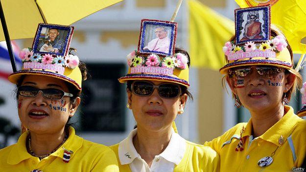 Женщины в шляпах с портретом таиландского короля