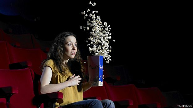 Девушка с попкорном
