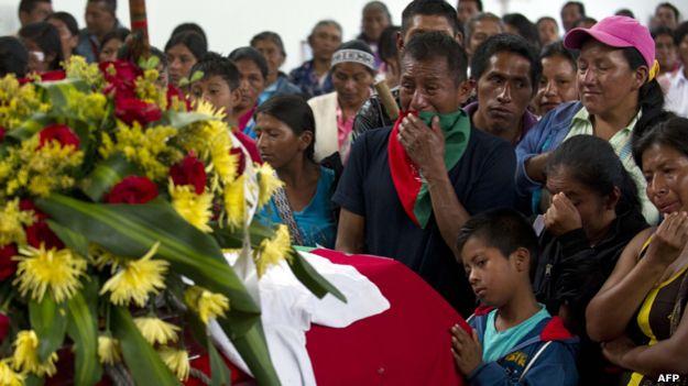 Entierro de los guardias indígenas muertos a manos de los milicianos de las FARC.