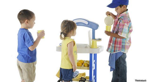 Ребенок наливает лимонад своим друзьям
