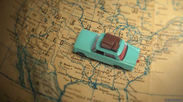 Un auto de juguete sobre un mapa de Estados Unidos