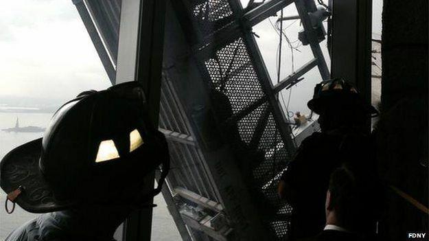 Bomberos rescatan a trabajadores